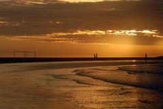 弧海滩黄昏足球 图库摄影
