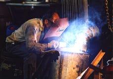 弧焊工工作 免版税库存照片