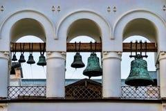 弧的绿色教堂钟在城市 库存图片