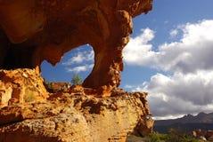 弧蓝色横向红色岩石天空黄色 库存照片