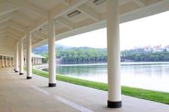 弧走廊在公园,瓷 库存照片