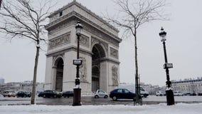 弧de triumph在一罕见的多雪的天之前在巴黎,法国 股票录像