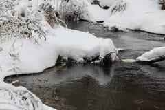 弯曲一条小河 33c 1月横向俄国温度ural冬天 免版税库存图片