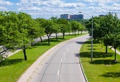 弯曲与树的空的街道 免版税库存照片