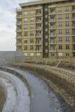 弯曲保留混凝土墙 库存照片