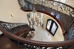 弯曲在休息室主导的楼梯下 图库摄影