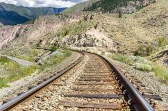 弯曲在山风景的铁路轨道 免版税库存图片