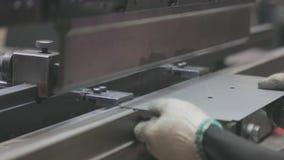 弯曲在水力机器的金属空白,人在机器运作 影视素材