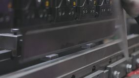 弯曲在水力机器的金属空白,人在机器运作 股票录像