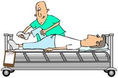 弯曲患者膝盖的治疗师 免版税图库摄影