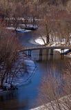 弯曲河的桥梁 免版税库存照片