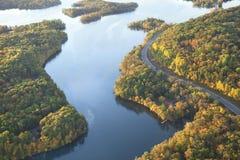 弯曲沿密西西比河的路在秋天期间 免版税库存图片