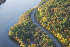 弯曲沿密西西比河的路鸟瞰图在明尼苏达北部在秋天期间 免版税图库摄影