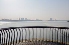 弯曲湖边平台扶手栏杆在晴朗的冬天下午的 库存照片