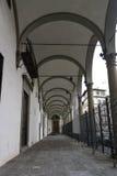 弯曲的专栏和圆顶在佛罗伦萨 免版税库存照片