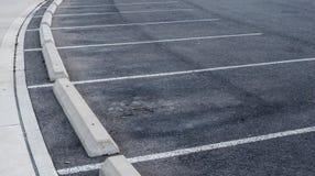 弯曲的停车位和遏制 免版税库存照片