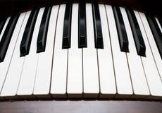 弯曲的关键董事会钢琴 免版税库存照片