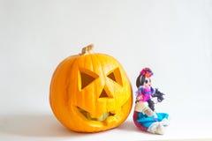 弯曲的南瓜和被手工造的墨西哥玩偶 免版税库存照片