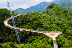 弯曲的吊桥 免版税库存图片