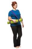 弯曲的女子运载的瑜伽席子 免版税库存照片