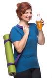 弯曲的女子运载的瑜伽席子 免版税库存图片