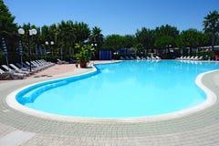 弯曲的室外游泳池 免版税库存照片