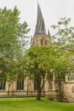 弯曲的尖顶在切斯特菲尔德,德贝郡,英国 免版税库存图片