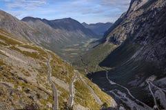 弯曲的山路在挪威 免版税库存图片