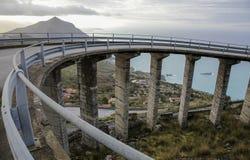 弯曲的意大利桥梁路 免版税库存照片