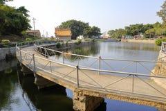 弯曲的桥梁 免版税库存照片