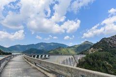 弯曲的水坝道路&山在云彩下 库存照片