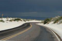 弯曲的沙漠路 图库摄影
