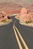 弯曲的沙漠路 库存照片