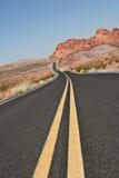弯曲的沙漠路 免版税库存照片