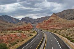 弯曲的沙漠高速公路 库存图片