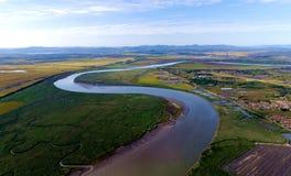 弯曲的河和绿草 图库摄影