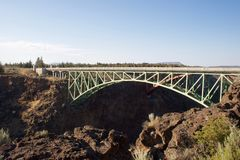 弯曲的河桥梁 免版税库存照片