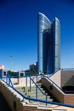 弯曲的玻璃大厦当代结构  库存照片