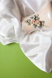 弯曲的白色丝绸布和花瓶 免版税库存图片