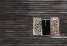 弯曲的窗口在弯曲的老议院里 免版税库存照片