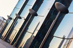 弯曲的蓝色玻璃玻璃门面  免版税库存图片