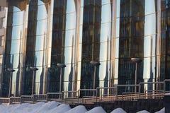 弯曲的蓝色玻璃玻璃门面  免版税库存照片