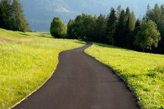 弯曲的路在乡下 山地方 库存照片