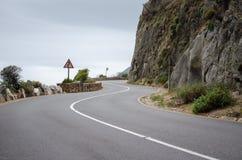 弯曲的路沿街叫卖者的高峰驱动 免版税库存图片