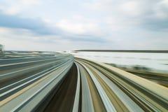 弯曲的运动的被弄脏的行动单轨铁路车轨道 库存图片