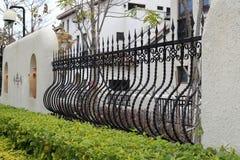 弯曲的铁篱芭 库存图片