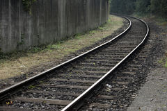 弯曲的铁路和肮脏的墙壁 库存图片