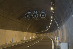 弯曲的高速公路意大利隧道 免版税库存照片