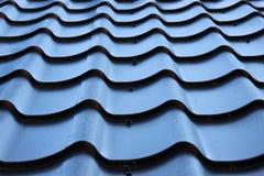 弯曲的黑金属屋顶细节  库存图片