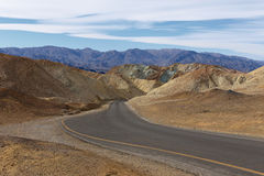 弯曲的aspalted路在死亡谷的心脏 免版税库存图片
